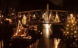 haven van Vreeswijk verlicht met kerstverlichting