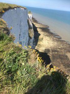Zicht van bovenaf op kliffen en zee bij Kingsdown