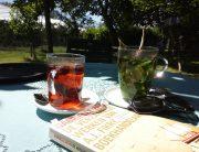 Zomerse afbeelding van thee en een boek